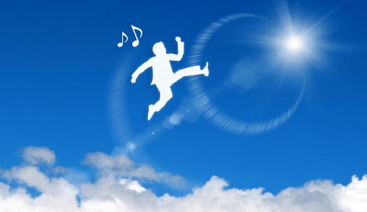 空をジャンプする男性