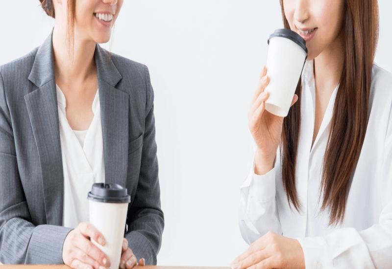 コーヒーブレイクする女友達