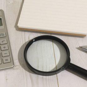 虫眼鏡と電卓とメモ