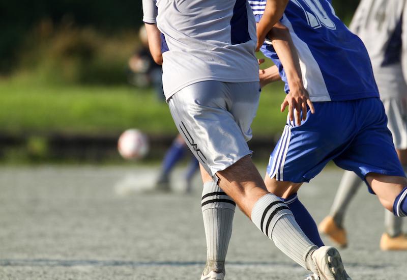 サッカー競り合い