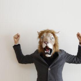 ライオンのフリで威嚇
