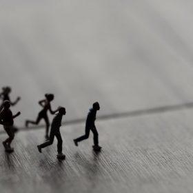 ミニチュアの人たちが走る