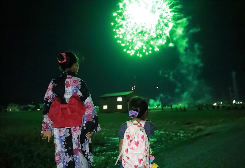 花火を見る親子