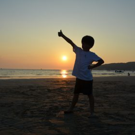 自信・夕陽に向かう子供