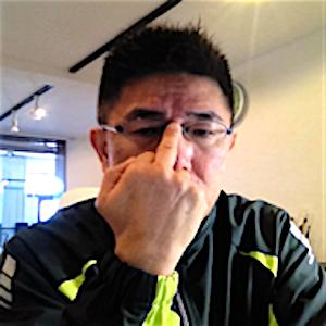 中指でメガネを上げるノンバーバル