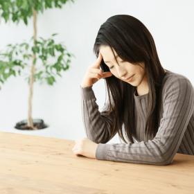 頭痛・悩む女性
