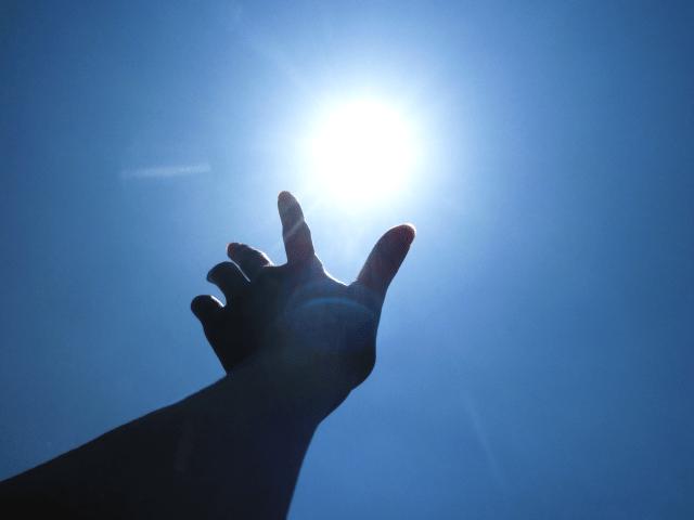 太陽に伸ばす手
