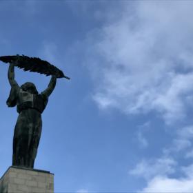 威厳と希望を示す銅像