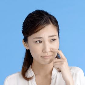 沈黙-鼻を掻く女性
