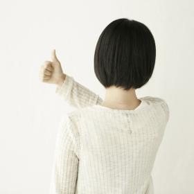 背中を見せる女性