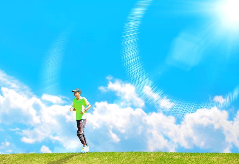 丘の上を走るランナー