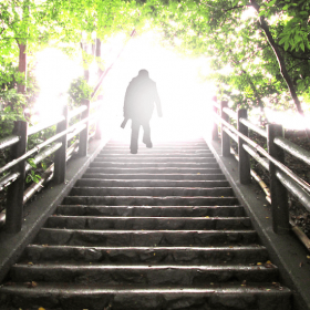 光に向かって階段を上る