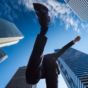 元気にジャンプするビジネスマン